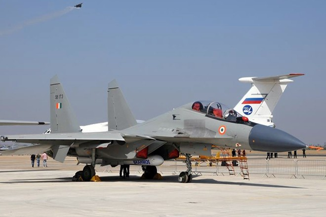 Ấn Độ bàn giao tên lửa Brahmos, tiêm kích Sukhoi Su-30 như hổ mọc thêm cánh - Ảnh 1.