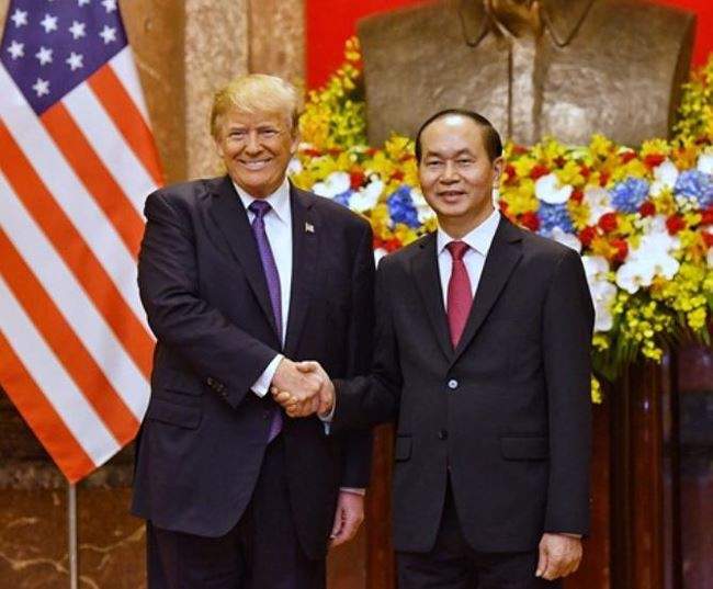 Tổng thống Mỹ Donald Trump bắt tay với chủ tịch nước Trần Đại Quang.