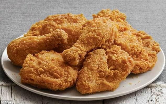 Úc: Đang ngon lành ăn miếng thịt gà KFC, người đàn ông đứng hình khi thấy giòi bò trên đĩa - Ảnh 3.