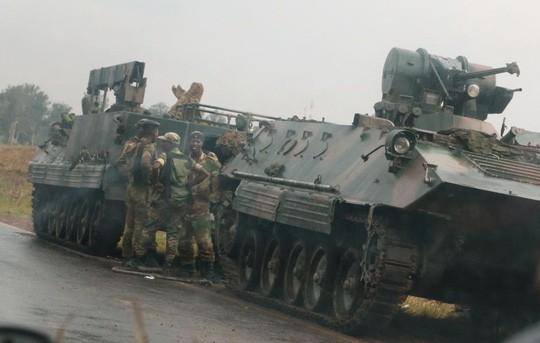 Zimbabwe: Tư lệnh quân đội làm phản, lật đổ tổng thống 93 tuổi? - ảnh 1