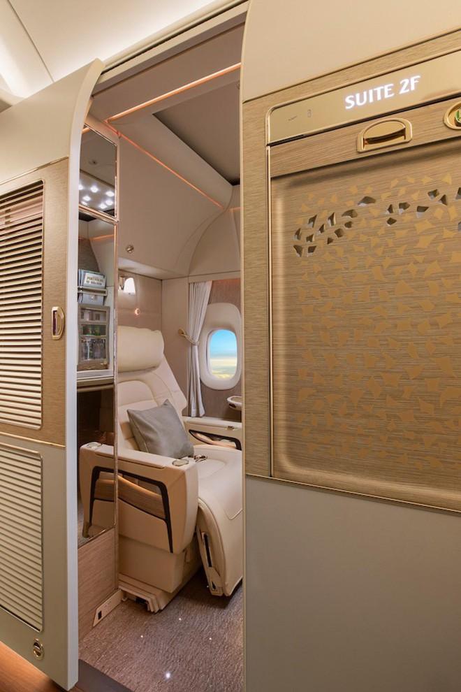 Emirates ra mắt khoang hạng nhất mới siêu sang trên Boeing 777-300ER: Lấy cảm hứng Mercedes-Benz S-Class, tích hợp ghế không trọng lực và cửa sổ ảo - Ảnh 2.