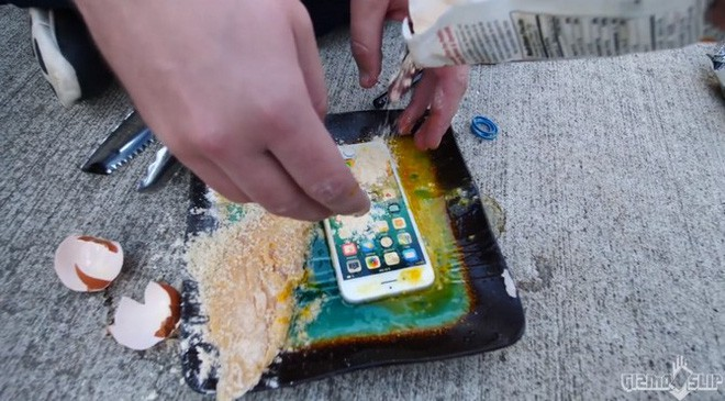 Tẩm bột chiên xù và rán iPhone 8 trong chảo ngập dầu và đây là kết quảl - Ảnh 1.