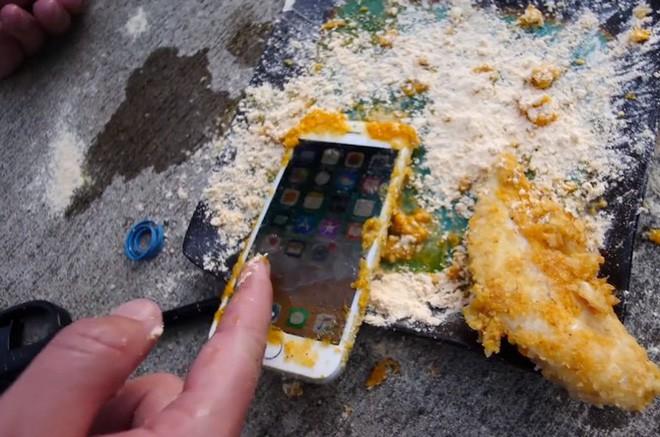 Tẩm bột chiên xù và rán iPhone 8 trong chảo ngập dầu và đây là kết quảl - Ảnh 2.
