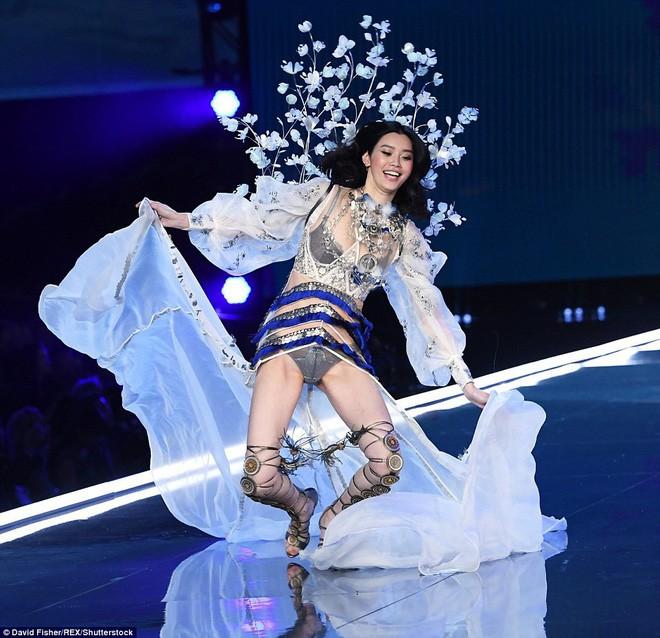 Cú ngã của siêu mẫu Ming Xi tại sàn diễn Victorias Secret đau đớn và đáng sợ thế nào - Ảnh 1.