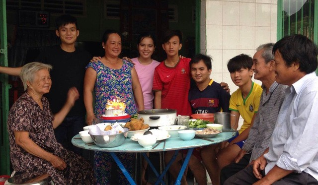 Báo nước ngoài nói gì về những người trẻ Việt thích đi phượt hơn tiết kiệm và mua sắm tài sản - Ảnh 2.