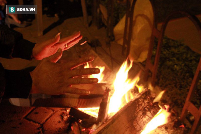 Khoa học lý giải: Vì sao cứ trời rét là ta lại thích ngồi bên lửa, nướng thịt, nướng ngô? - Ảnh 1.