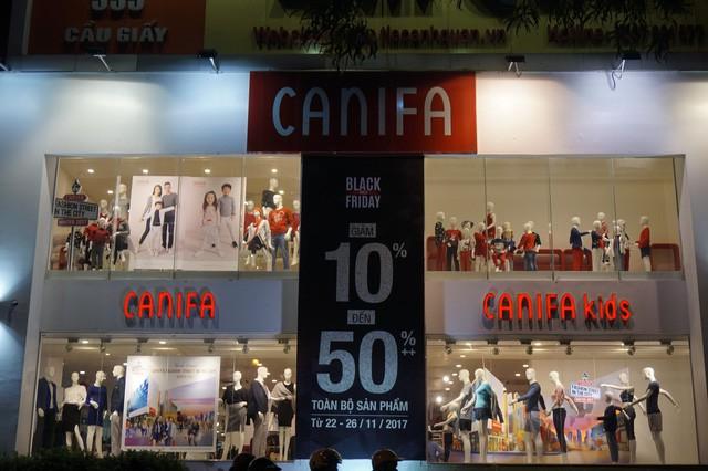 Cửa hàng thời trang, siêu thị giảm giá sâu ngày Black Friday  - Ảnh 1.