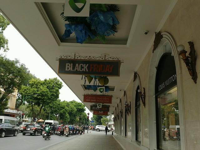 Cảnh trái ngược tại Tràng Tiền Plaza và Vincom trong ngày Black Friday - Ảnh 2.