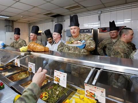 Lính Mỹ làm lễ Tạ Ơn ở vùng chiến như thế nào? - Ảnh 2.