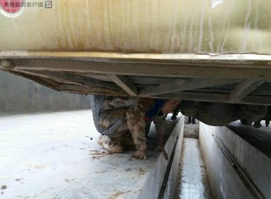 Xót xa 2 bé trai lấm lem bùn đất, trốn dưới gầm xe khách suốt quãng đường 90km vì muốn gặp bố mẹ - Ảnh 2.