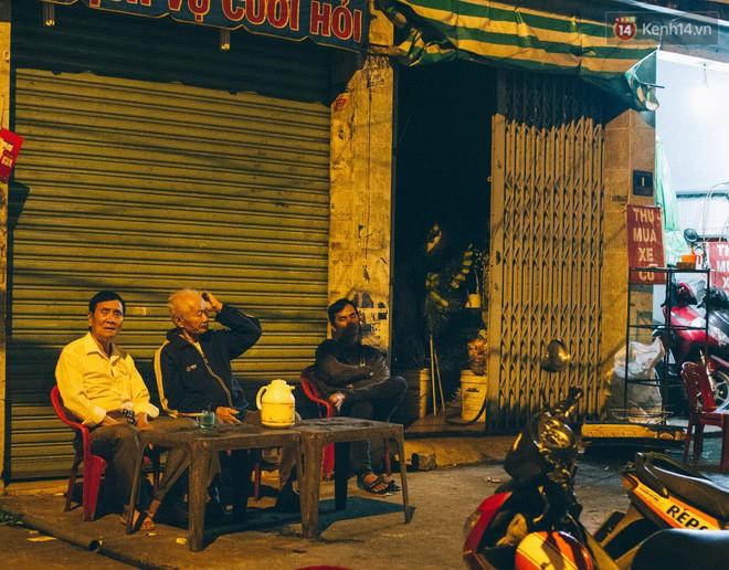 Chùm ảnh: Người Sài Gòn và thói quen uống cafe cóc từ lúc mặt trời chưa ló dạng cho đến chiều tà - Ảnh 1.