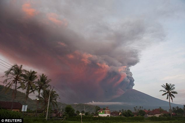 Video: Dung nham lạnh, mối nguy hiểm tiềm tàng từ núi lửa Indonesia - Ảnh 1.