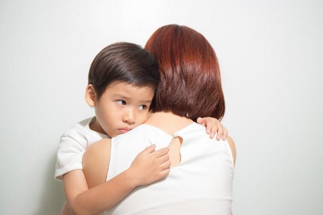Bắt con ôm hôn người khác thể hiện tình cảm, bố mẹ có thể hại con mà không biết - Ảnh 1.