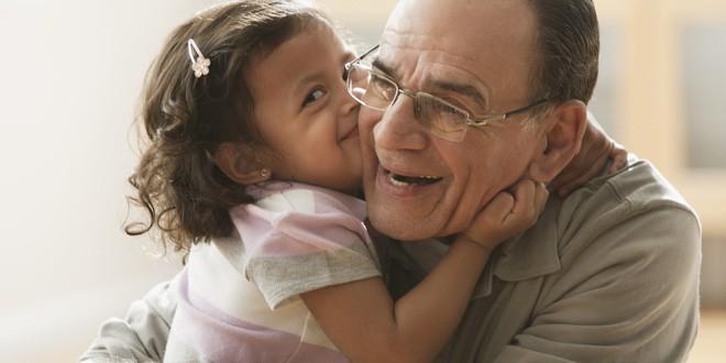 Bắt con ôm hôn người khác thể hiện tình cảm, bố mẹ có thể hại con mà không biết - Ảnh 2.