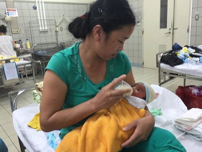 2 bé sơ sinh bị nhiễm khuẩn được ra viện hôm nay - Ảnh 1.