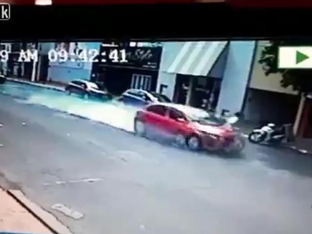 Video: Ô tô phanh cháy lốp vẫn đâm người bay 10m - Ảnh 1.
