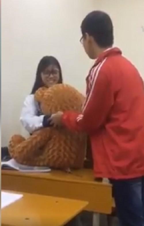 Sự thật chuyện trai Bách Khoa mang gấu đi tỏ tình, bị nữ sinh ĐH Mở từ chối phũ phàng - Ảnh 2.