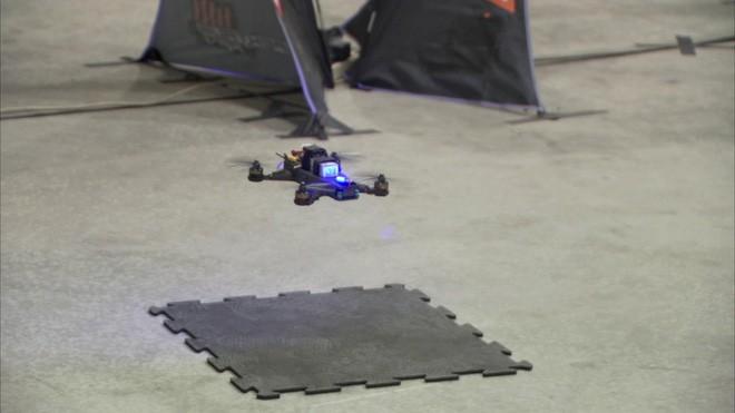 Phi công lái drone suýt thua khi bay thi với trí tuệ nhân tạo do NASA phát triển - Ảnh 1.
