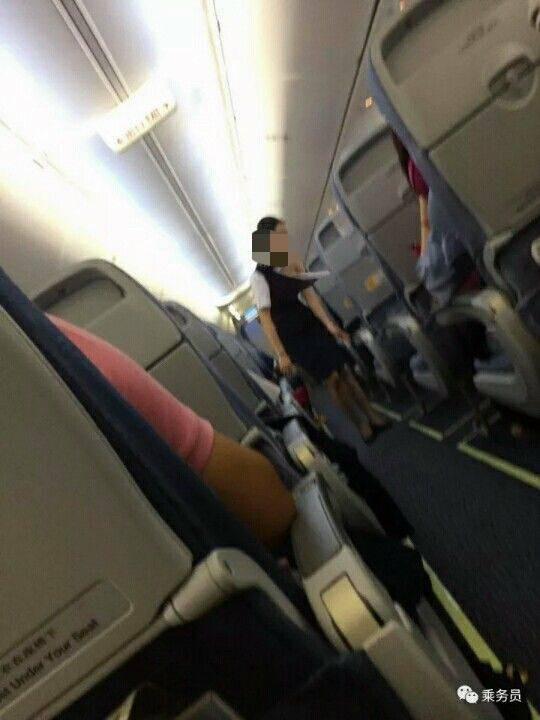 Sự thật đằng sau bức ảnh nữ nhân viên hàng không bị hành khách xé áo trên chuyến bay ở Trung Quốc - Ảnh 1.