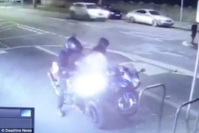 Clip: Đánh cắp xe máy, hai tên trộm ốm đòn dưới tay chủ xe - Ảnh 2.