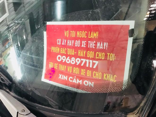 Lý do bất ngờ sau việc người đàn ông Hà Nội treo bảng: 'Vợ tôi ngốc lắm, cô ấy hay để xe thế này, hãy gọi cho tôi!'