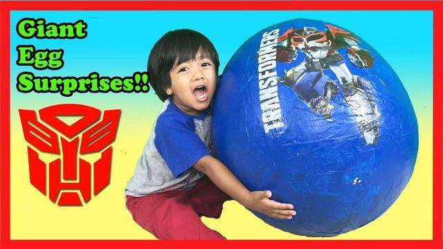 Cậu bé 6 tuổi thu nhập 11 triệu USD hàng năm nhờ kênh Youtube có lượt xem cao ngất ngưởng - Ảnh 2.