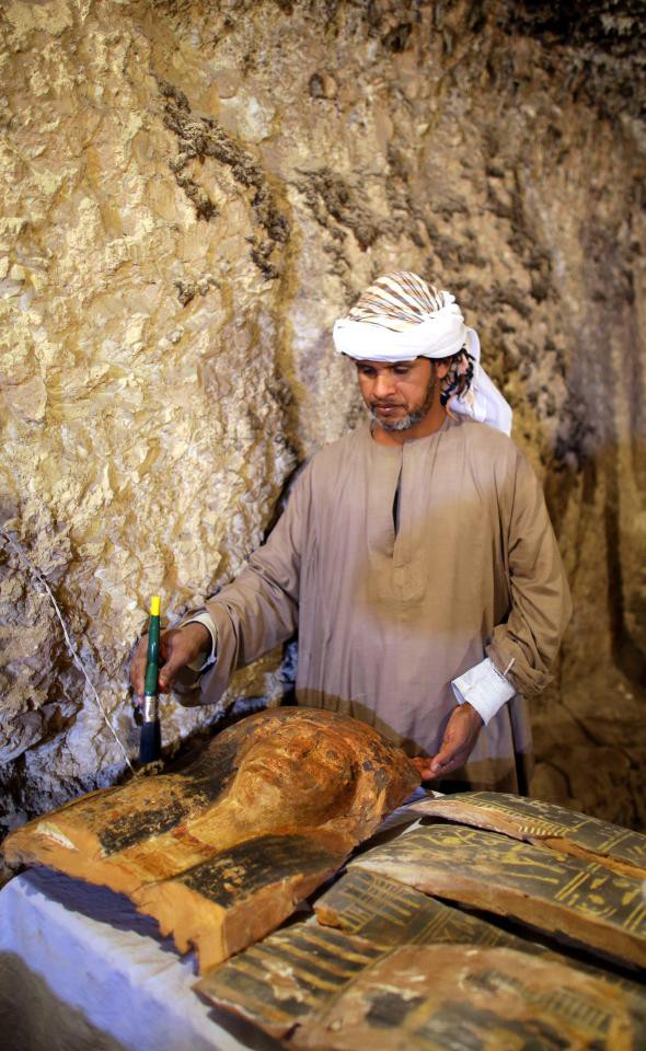 Phát hiện xác ướp hoàn hảo cùng kho báu khổng lồ trong mộ cổ 3.500 năm ở Ai Cập - Ảnh 3.