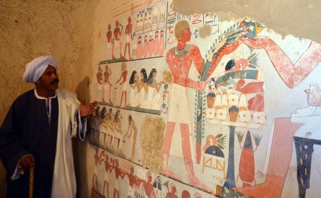 Phát hiện xác ướp hoàn hảo cùng kho báu khổng lồ trong mộ cổ 3.500 năm ở Ai Cập - Ảnh 2.