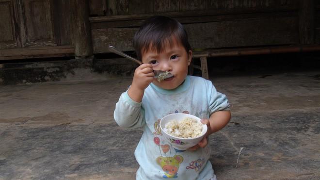 Cha mẹ bỏ rơi từ thuở lọt lòng, hai đứa trẻ ngày ngày đi nhặt phế liệu kiếm sống, gặp ai cũng cho bế và gọi mẹ - Ảnh 2.