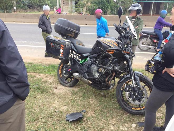 Phượt thủ SG ra HN mua motor, đang chạy xuyên Việt về thì đâm phải con bò khiến xe nát bét - Ảnh 1.