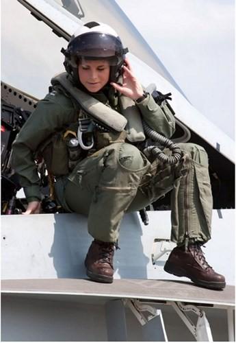 Hình ảnh những bóng hồng hiếm hoi lái máy bay chiến đấu - Ảnh 1.