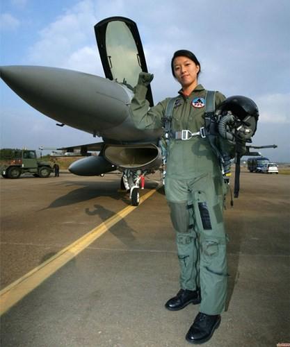 Hình ảnh những bóng hồng hiếm hoi lái máy bay chiến đấu - Ảnh 2.