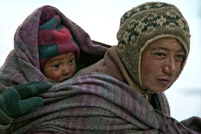 Cuộc sinh nở gian nan của những phụ nữ phải đi bộ suốt 9 ngày trời, trong giá buốt -35 độ mới đến được trạm xá - Ảnh 1.