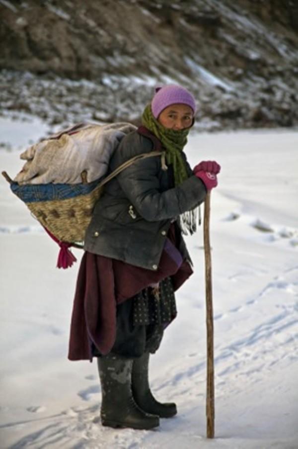 Cuộc sinh nở gian nan của những phụ nữ phải đi bộ suốt 9 ngày trời, trong giá buốt -35 độ mới đến được trạm xá - Ảnh 2.