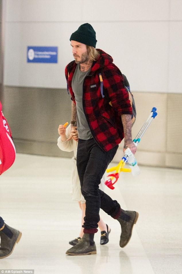 Harper Beckham diện giày 7,2 triệu đồng đi nghỉ mát đón năm mới cùng gia đình - Ảnh 2.