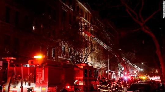 Cứu 5 người khỏi đám cháy, quay lại cố cứu thêm người thì thiệt mạng - Ảnh 1.