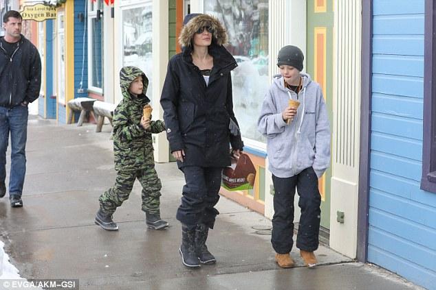 Angelina Jolie trượt tuyết với các con sau tin đồn giảm cân còn 34 kg - Ảnh 11.