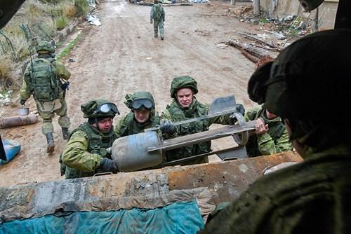 Công binh Nga cày xới từng mét đất Aleppo - Ảnh 10.