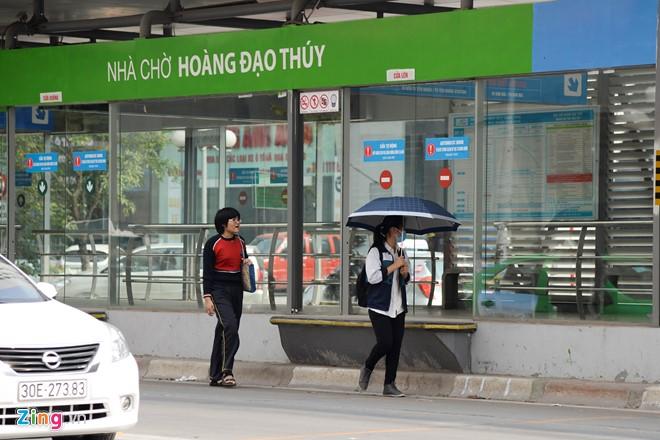 Hành khách lúng túng tìm lối ra vào nhà chờ buýt nhanh BRT - Ảnh 11.