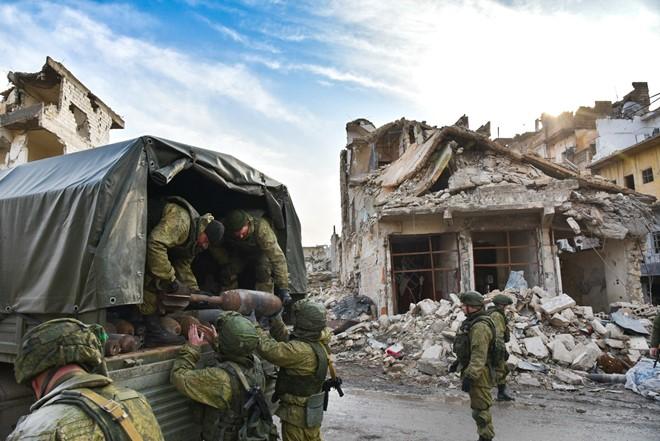 Lính Nga vật lộn với bom mìn chưa nổ ở Aleppo - Ảnh 11.
