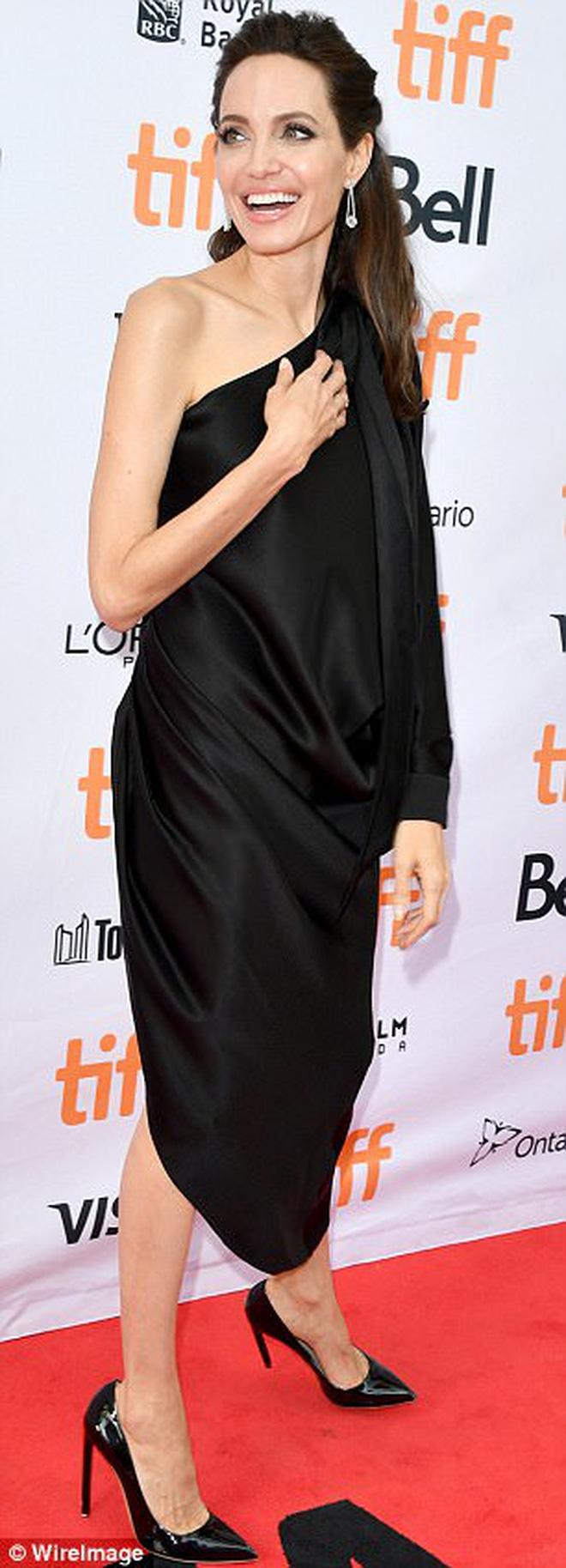 Pax Thiên giờ đã là quý tử cao nhất nhà Angelina Jolie, xuất hiện đầy chững chạc trên thảm đỏ - Ảnh 10.