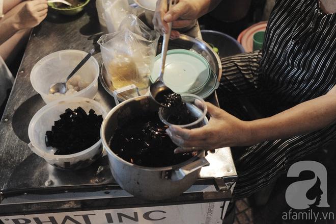 Quán bánh bột lọc 30 năm tuổi phố Ngọc Lâm, quán vỉa hè, mở hàng giờ dị mà vẫn nườm nượp khách - Ảnh 11.
