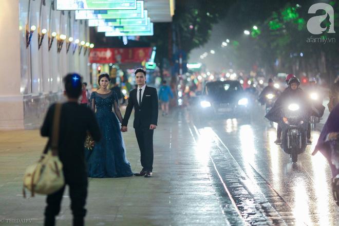Hà Nội vào mùa cưới, một mét vuông mấy chục cô dâu chen nhau tạo dáng, bất chấp gió mưa - Ảnh 11.