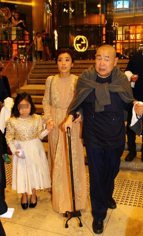 Tỷ phú Hong Kong chống gậy đưa vợ đáng tuổi cháu đi mua sắm - Ảnh 4.
