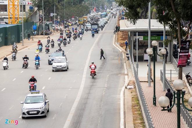 Hành khách lúng túng tìm lối ra vào nhà chờ buýt nhanh BRT - Ảnh 12.