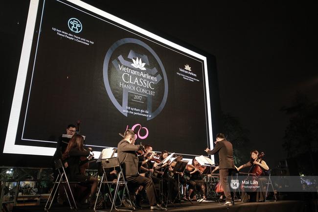 Tối cuối tuần, phố đi bộ Hà Nội vui hơn hẳn với buổi biểu diễn của dàn nhạc giao hưởng London - Ảnh 13.