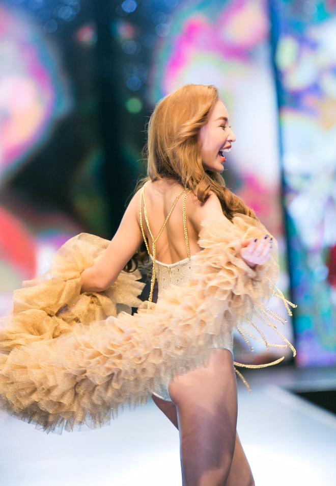 Đêm Hội Chân Dài: Ngọc Trinh khoe dáng nõn nà với nội y, không còn làm Thiên thần Victorias Secret - Ảnh 12.