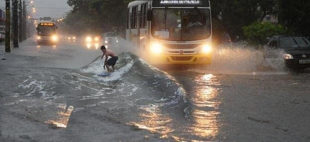 Loạt ảnh các dân chơi trời bão: Mưa gió cũng không làm nhụt chí ra ngoài đường - Ảnh 12.