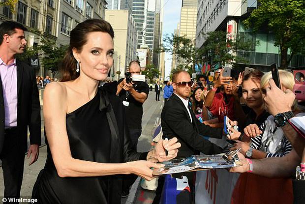 Pax Thiên giờ đã là quý tử cao nhất nhà Angelina Jolie, xuất hiện đầy chững chạc trên thảm đỏ - Ảnh 11.