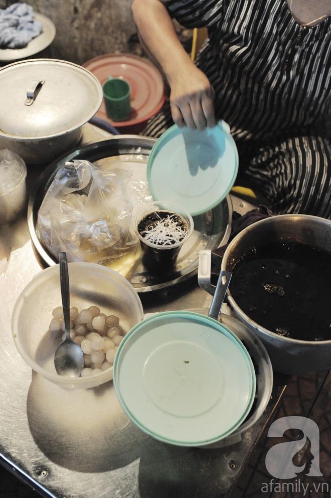 Quán bánh bột lọc 30 năm tuổi phố Ngọc Lâm, quán vỉa hè, mở hàng giờ dị mà vẫn nườm nượp khách - Ảnh 12.
